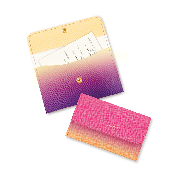華やかな色合いながらもゴールド箔が上品なカードケース